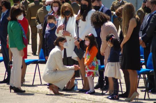 Ls reina Letizia departe con la hija de un militar fallecido por coronavirus al concluir el acto (Foto: Antonio Rodríguez)