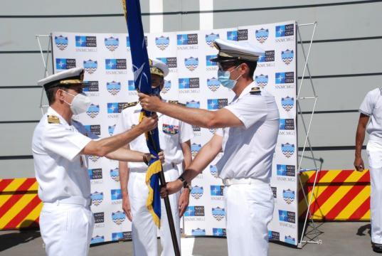 Entrega del banderín de mando del comandante saliente al entrante (Foto: MDE.es)