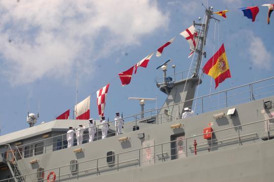 Con su tripulación a bordo, la bandera de España es izada con todos los honores. (Foto: Antonio Rodríguez)