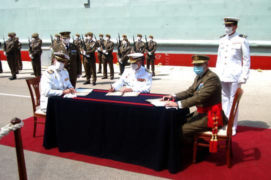 Firma de la entrega del buque del ET a la Armada para su uso. (Foto: Antonio Rodríguez)