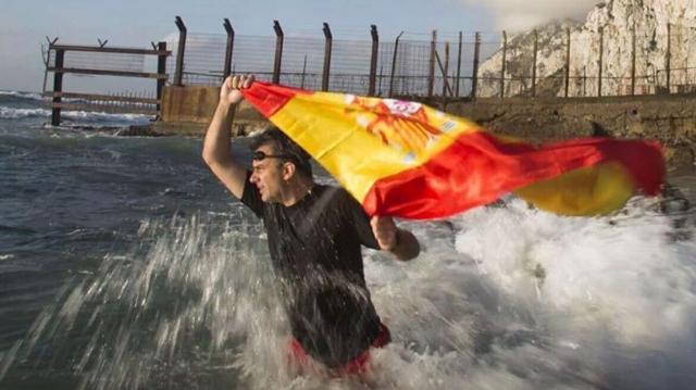 Ortega Smith ingresó a nado en Gibraltar en 2018. (Twitter @Ortega_Smith)