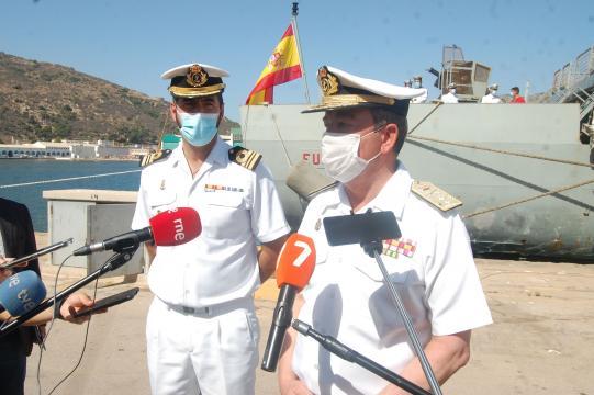 Con notable satisfacción, almirante y comandante atienden a los medios informativos. (Foto: Antonio Rodríguez Jiménez)