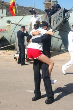 La felicidad del reencuentro de los marinos y sus familias. (Foto: Antonio Rodríguez Jiménez)
