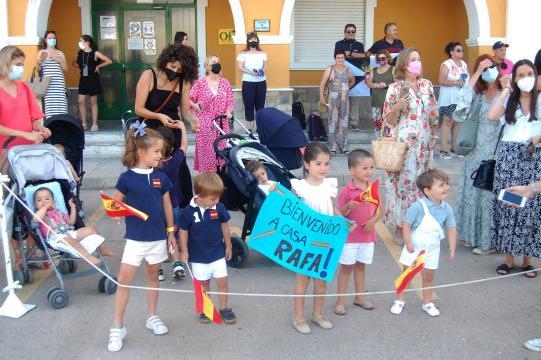 Los familiares esperan ansiosos la llegada del barco tras cuatro mese de ausencia (Foto: Antonio Rodríguez Jiménez)