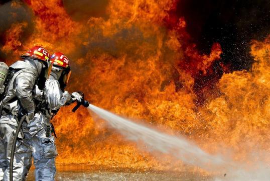 Bomberos y vecinos lograron salvar las viviendas de las llamas (Pixabay)