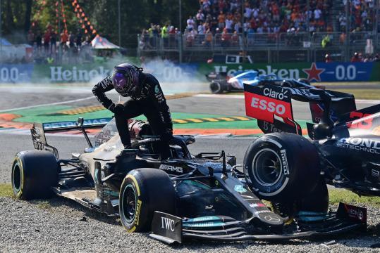 Paura a Monza per l'incidente tra Verstappen e Hamilton.
